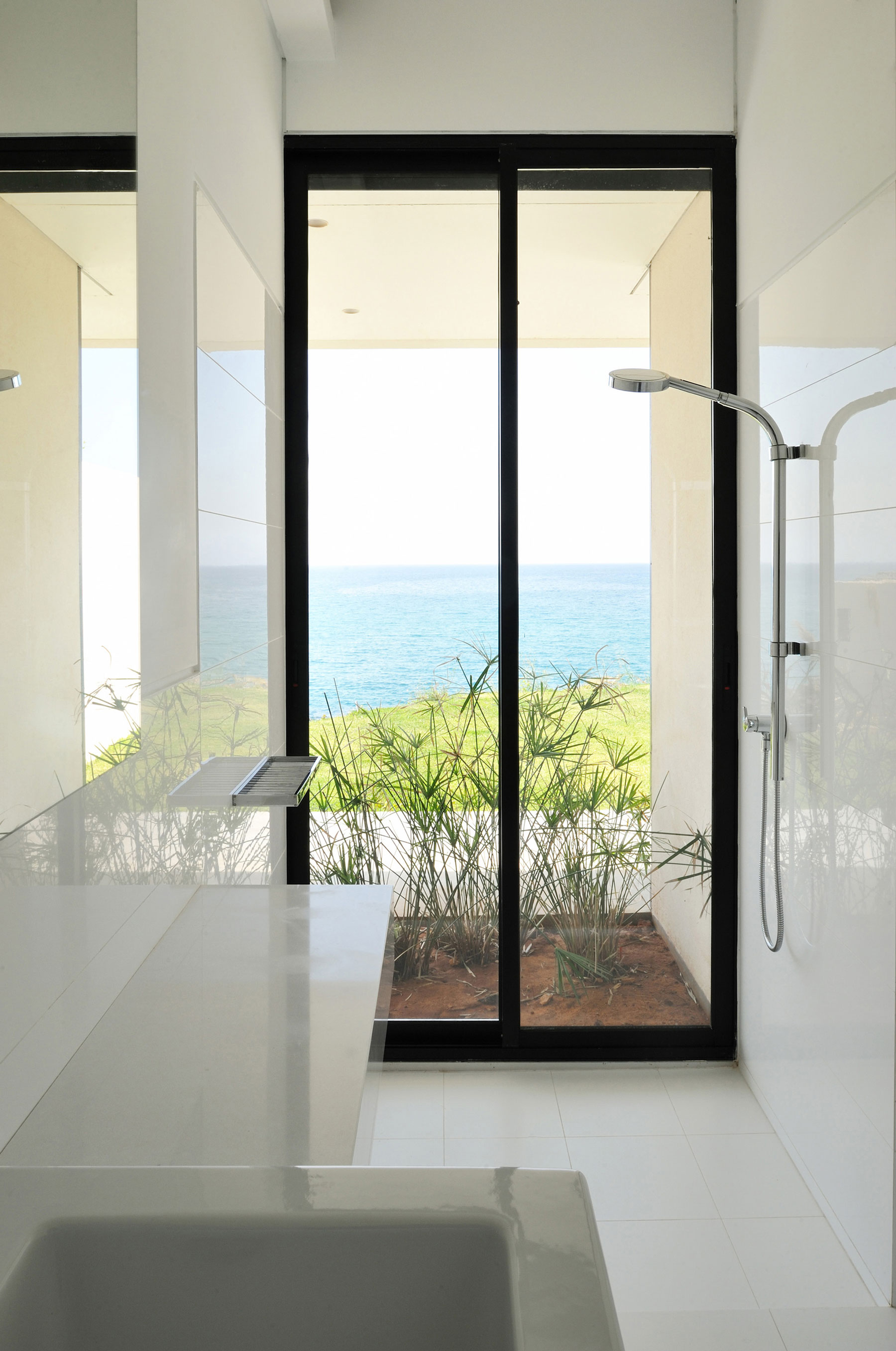 Futuristic modern beach house called fidar in lebanon for Bathroom designs lebanon