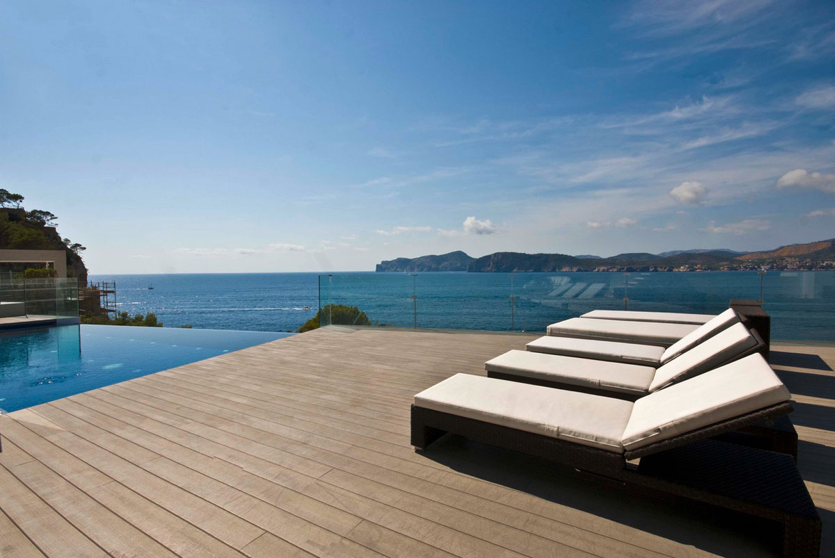 Cool beach house with waterfront view of mediterranean sea for Kapfer pool design mallorca