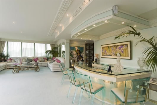 Fascinating All White Room Design In Luxurious Duplex
