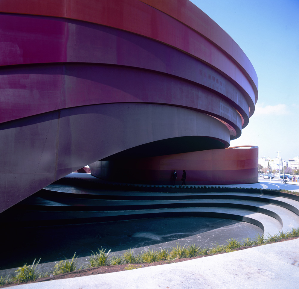 Striking Modern Museum Design With Curved External