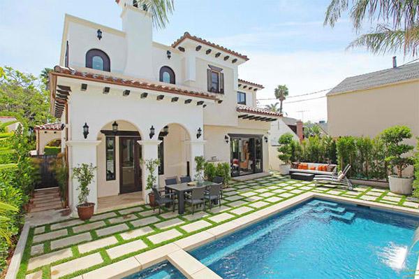 Beautiful Yard of this Stylish Modern House