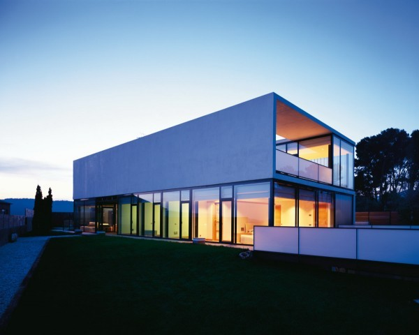 Elegant Cube Modern House Construction With Glazed Facade