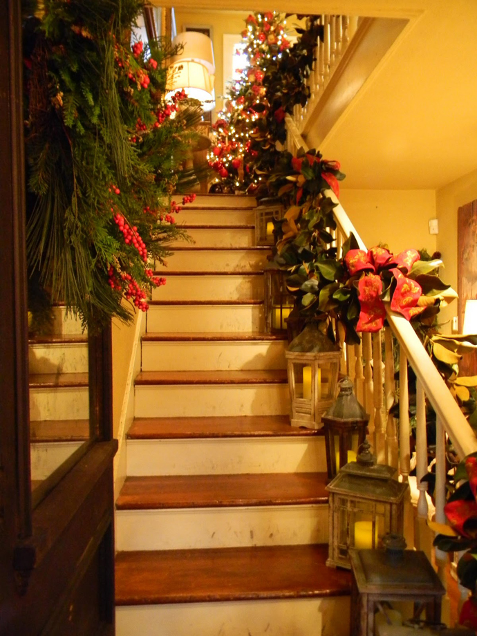 Magnificent christmas decor on the staircase railing - Christmas decorations for stair rail ...